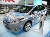 Toyota Prius Plug-In Hybrid 2012 заряжается от бытовой сети.